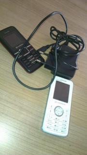 2 hält Handy