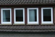 8 weiße Kunststofffenster,