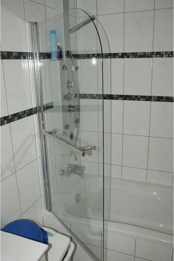badewanne duschwand trennwand bad einrichtung und. Black Bedroom Furniture Sets. Home Design Ideas
