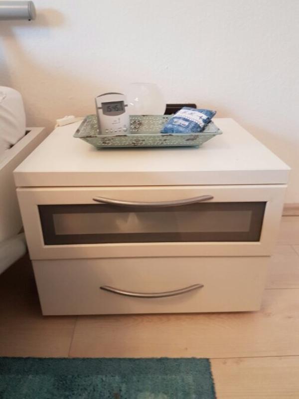 bett mit nachttischen inkl rost in schriesheim betten kaufen und verkaufen ber private. Black Bedroom Furniture Sets. Home Design Ideas