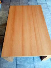 Buchefarbener Tisch mit