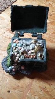 Einen Karton Aquariumzubehör