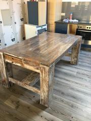 Einmaliger massiver Tisch