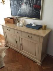 Esszimmertisch und Sideboard