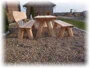 Gartenmöbel aus Holz.