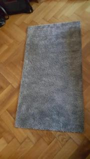 grauer flauschiger Teppich