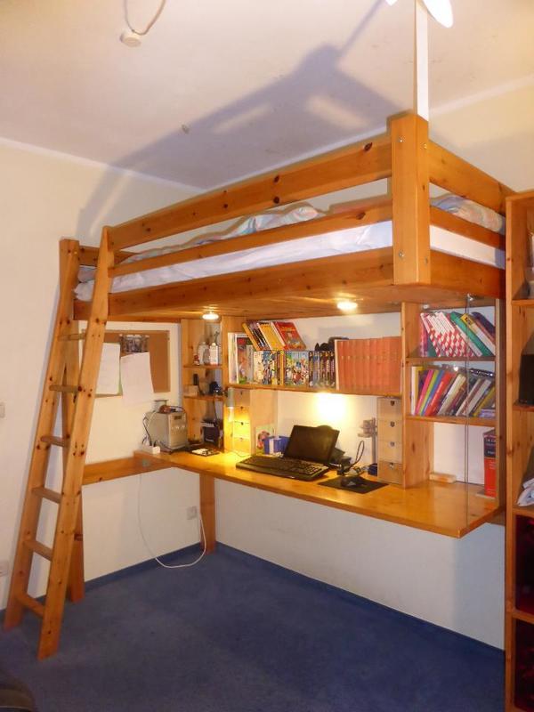 hochbett mit gro em schreibtisch regal und beleuchtung. Black Bedroom Furniture Sets. Home Design Ideas