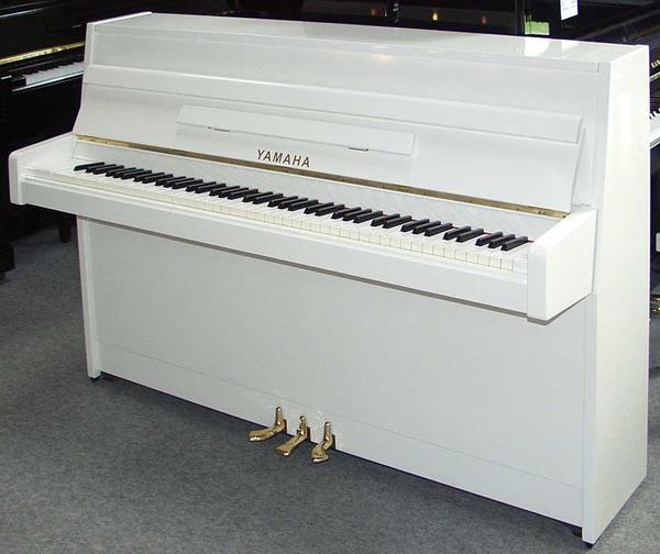 klavier yamaha 100 wei hochglanz sehr gepflegtes. Black Bedroom Furniture Sets. Home Design Ideas