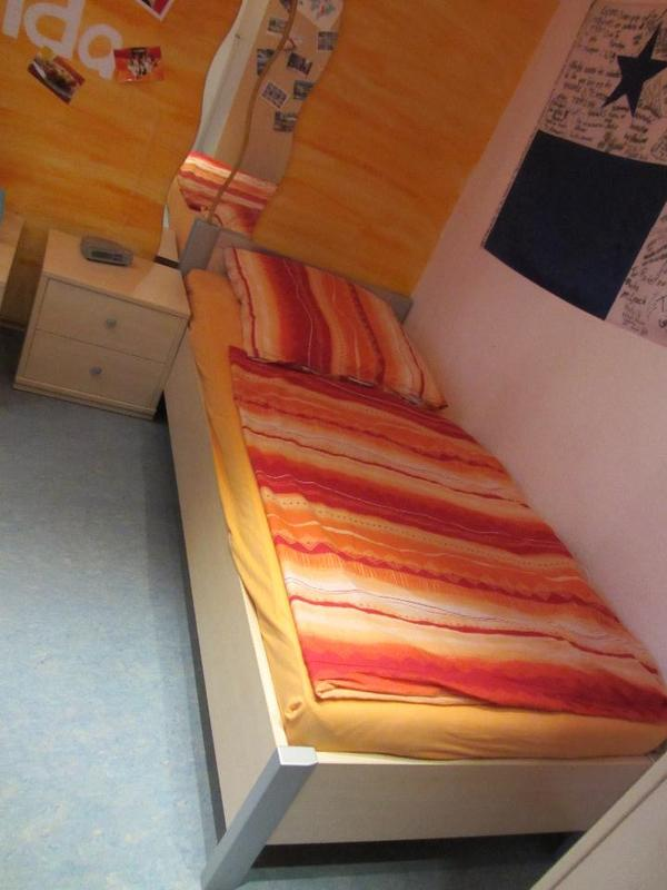 90x200cm und ein nachtschr nkchen breite 47 5cm h he 45cm tiefe 40cm der preis gilt f r. Black Bedroom Furniture Sets. Home Design Ideas