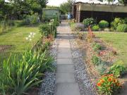 Kleingarten mit Holzlaube