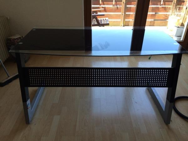 Schreibtisch schwarzes glas b rom bel aus holzgerlingen for Schwarzes glas