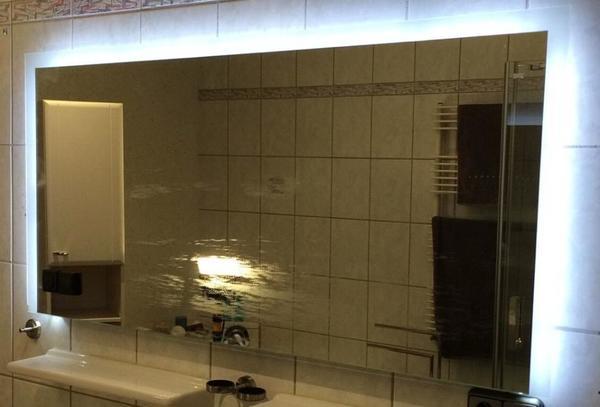 spiegel mit beleuchtung bad einrichtung und ger te. Black Bedroom Furniture Sets. Home Design Ideas