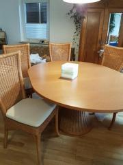 Tisch mit Rattanstühlen