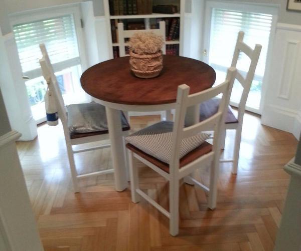 gebraucht die tischplatte ist dunkel gebeizt die tischbeine sind weiss lackiert die vier. Black Bedroom Furniture Sets. Home Design Ideas