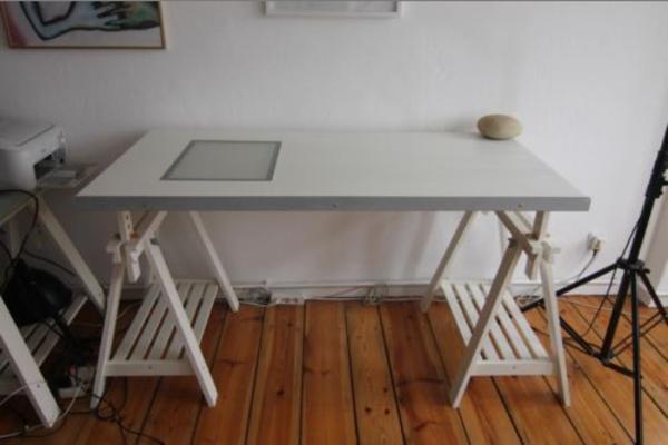 verkaufe wei en ikea schreibtisch h henverstellbar in. Black Bedroom Furniture Sets. Home Design Ideas