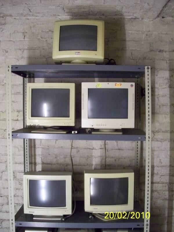 5 Monitore , verschiedene Fabrikate , etwas älter als Paket ab zu geben , auch an Bastler - Berlin Reinickendorf - Biete 5 Monitore von verschiedenen Herstellern an. Brauche den Platz, deshalb wenn möglich als Paket abzugeben. Wenn ich noch einen finde, wird der 6 Monitor mitgegeben. Die Monitore sind etwas älter, aber o.k. Habe die Monitore n - Berlin Reinickendorf