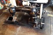 alte nähmaschine mit holztisch