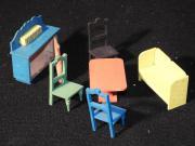 Alte Puppen-Esszimmermöbel
