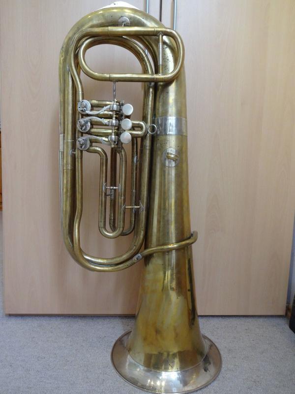 B Tuba 3 Ventile 5 kg leicht spielbereit - Tutzing Unterzeismering - Ich verkaufe hier eine Bb-Tuba mit 3 Drehventilen. Sie ist 96 cm hoch, der Schallbecher hat einen Durchmesser von 31,5 cm und sie wiegt nur 5 kg. Sie ist damit hervorragend zum Marschieren geeignet.Alter und Herkunft sind mir lei - Tutzing Unterzeismering