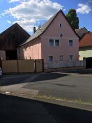 Bauernhaus mit Nebengebäude