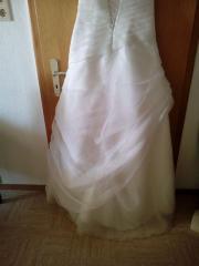 Blütenverziertes Brautkleid