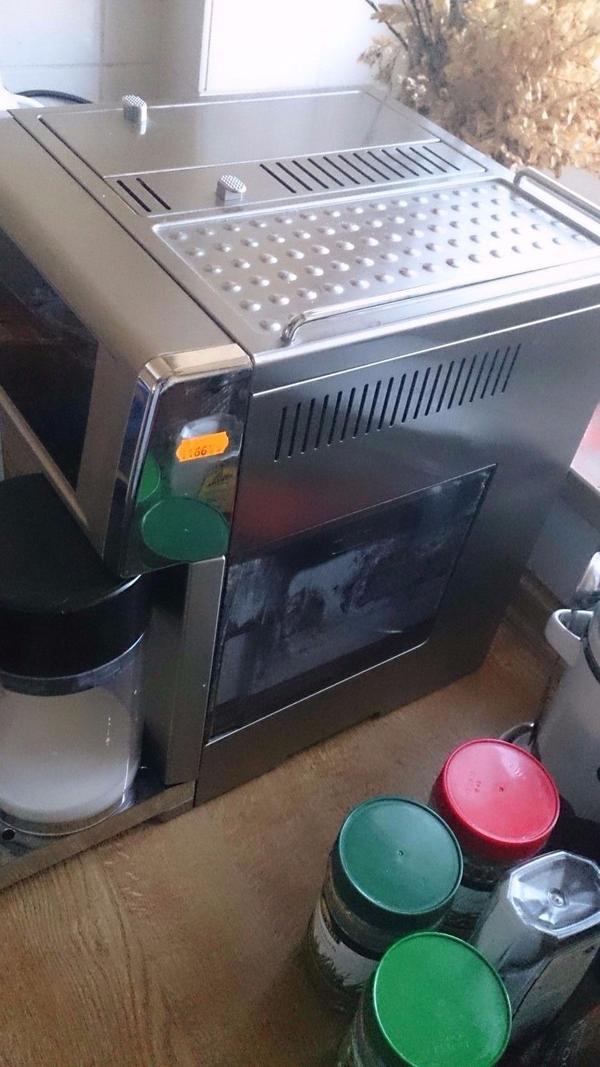 DeLonghi PrimaDonna Avant ESAM 6700 Metallic Grau 14 Tassen Kaffe - Hamburg - ProduktbeschreibungDer Kaffeevollautomat ESAM 6700 Prima Donna Avant von DeLonghi glänzt mit vollendetem Design und klarer Linienführung. Die runde Milchkanne passt sich harmonisch in die Form der Front ein. Glänzende Edelstahlelemente und ei - Hamburg