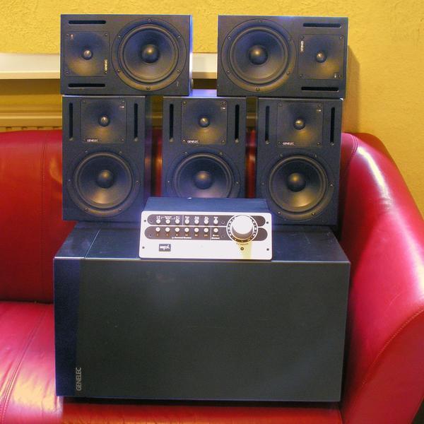 GENELEC 1030A (5x), 1092A, SPL SMC 2489 Komplettes Surround-Monitor-Set - Altena - bestehend aus: 5x GENELEC 1030A, 1x Genelec 1092A1x SPL 2489 5.1 Surround-Monitor-Controller1. Genelec 1030A Speaker (5 Stück)Der 1030A ist ein kompakter und breitbandiger Nahfeldmonitor für Projektstudio, Rundfunk, TV, Ü-Wagen, Post Productio - Altena