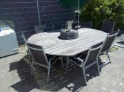Großer Gartentisch mit