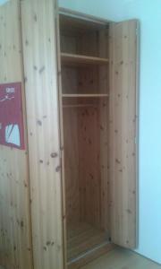 Kleiderschrank mit Falttüren aus Massivholz in Haar - Schränke ...