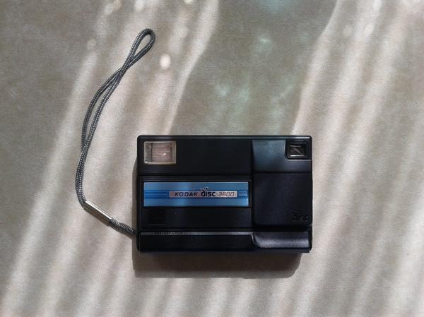 Kodak Disc 3600 - RETRO Fotoapparat - Kornwestheim - Retro Fotoapparat Kodak Disc 3600, absolut neuwertiger Zustand, an Selbstabholer.Erstbesitz - ein echtes Sammlerstück.Es handelt sich hier um eine Haushaltsauflösung und es werden noch weitere Einrichtungsgegenstände angeboten siehe: All - Kornwestheim