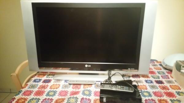 LCD-TV (32 Zoll) mit SAT-Receiver - Rheinstetten - LCD-TV der Marke LG zusammen mit zugehörigem SAT-Receiver der Marke Head Medialink Black Panther (für max. eine Kiste Franziskaner Hefeweizen :-) ) zu verschenken. Der LCD ist einer der frühen Modelle und hat eine Diagonale von 32 Zoll / - Rheinstetten