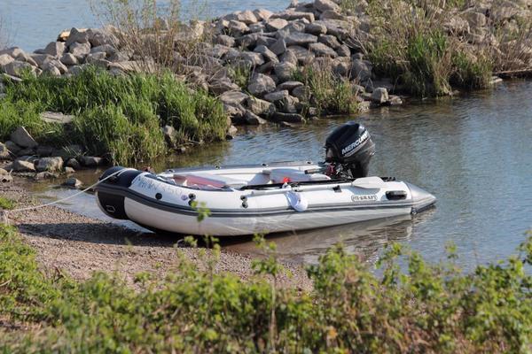 Motorboot mit Trailer - Heppenheim - Schlauchboot 3,30m Länge, bis 575 KG Tragkraft, Bj. 2012, dazu ein Trailer von Harbeck (Bj. 2006) bis 350 KG Zuladung mit HU bis 5/2018 und Viertakt Mercury Motor mit 9,9 PS Bj. 2013 mit wenig Betriebsstunden. Boot fährt laut GPS mit 2 Pers - Heppenheim