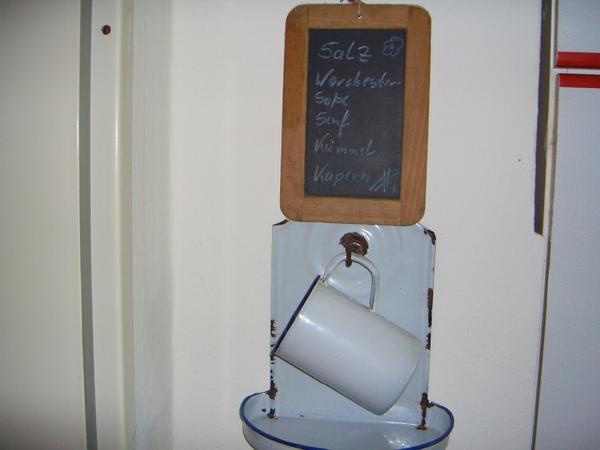 Nostalgie für die Küche - Wachtberg - Holz Schiefertafel und Messbecher mit Halterung aus Emaille.Privatverkauf, keine Garantie, keine Rücknahme. - Wachtberg