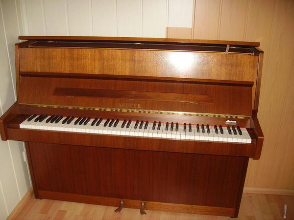 Piano SAUTER - Schwäbisch Hall - - Deutsches Markenklavier der Firma SAUTER- Modell: Einsteiger 110 /91013 - Farbe: Nussbaum; Bj. 1991 Das Klavier ist sehr gepflegt und wurde regelmäßig gestimmt.Es überzeugt durch leichte Spielbarkeit und ausdrucksstarkem Klang.Prei - Schwäbisch Hall