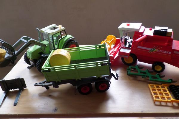 Playmobil Traktor und Mähdrescher - Heilbronn Neckargartach - Playmobil Traktor 5121 Riesen-Traktor mit Anhänger und zwei austauschbaren Frontlader-Werkzeugen (Greifer, Palettengabel). Der Anhänger ist kippbar (drei Positionen), die Bordwände können aufgeklappt werden. Maße: 54 x 12 x  - Heilbronn Neckargartach