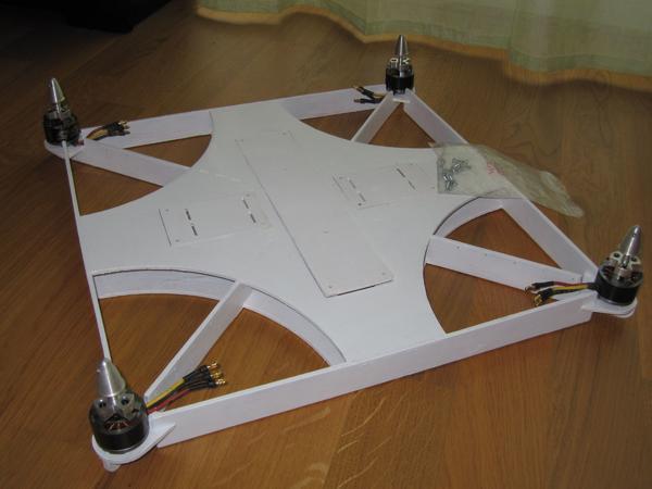"""Quadrokopter Rahmen """"Pizza-Kopter"""" - Ludwigsburg - Rahmen FluQ-02 """"Pizza-Kopter"""" aus FMT 07/2015.Achsabstand 570 mm, Fluggewicht ca. 1.650gDer Rahmen besteht aus 4mm Buchensperrholz und wurde auf einer CNC Fräse gefertigt. Auf Wunsch mit Motoren, Propellern, Reglern und LiPo Akku 4s/4000mAh - Ludwigsburg"""