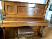 Schönes antikes Klavier