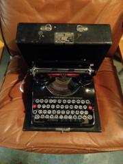 Schreibmaschine Groma schwarz im Koffer