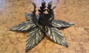 Schwarze Metalllampe in Blütenform Lampe