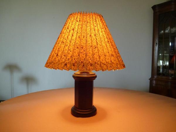 tisch lampe stoff schirm holz fuss wie neu sehr angenehmes warmes licht klassiker. Black Bedroom Furniture Sets. Home Design Ideas