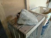 uralter Unterlegkeil aus Holz