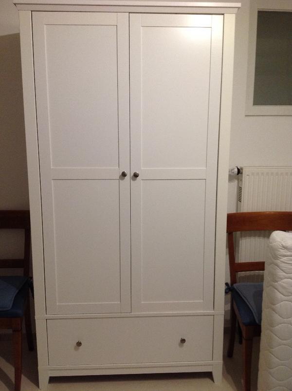 Zweitüriger Kleiderschrank weiß, kaum gebraucht in Hamburg ...